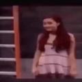 Ariana pequena jogando o sentante em 120fps 4K