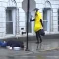 Quand banane glisse sur un humain?!