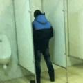 Cuando te creías guay en los baños de colegio dando vueltas... pero no lo eras