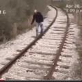 para ver esta obra de arte com uma trilha sonora ÉPICA, pesquise no yt: homem vestido de thomas o trem espancando um caraaleatorio no trilho ao som de thomas o trem estourado, é um vid com umas 250 views